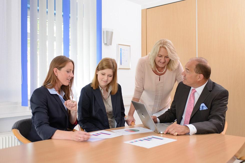 Steuerberater Angela Safferling und Steuerberater Michael beraten Mandanten